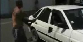 casse une voiture à la hache